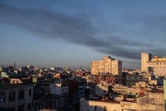 Rokerige hemel en avondzon over cityscape van Havana, Cuba stock foto's