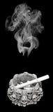 Rokerige schedel boven een asbakje Royalty-vrije Stock Afbeeldingen
