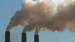 Rokerige schoorstenen stock footage