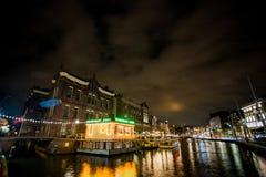 Rokin Amsterdam fartyg på natten Arkivfoto