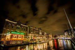 Rokin Amsterdam fartyg på natten Royaltyfria Bilder
