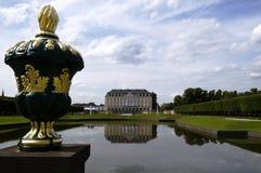 Rokokoschloss von Augustusburg mit Gartendekoration an BrÃ-¼ hl/G Lizenzfreies Stockfoto