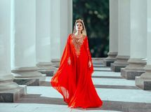 Roksolana atractivo de la reina del haseki confiado oscuro-cabelludo orgulloso magnífico en vestido largo rojo de lujo costoso as imagenes de archivo