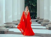 Roksolana sexy della regina di haseki sicuro moro fiero splendido in vestito lungo rosso di lusso costoso stupefacente da volo co immagini stock