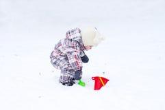 1 roku dziecko bawić się w śniegu w zimie Fotografia Royalty Free