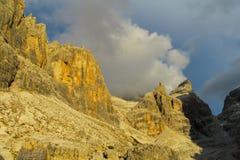 Roky falezy góry dolomitu żółty kolor przy zmierzchem Zdjęcia Royalty Free