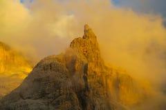 Roky falezy góry dolomitu żółty kolor przy zmierzchem Zdjęcia Stock