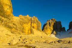 Roky falezy góry dolomitu żółty kolor przy zmierzchem Obraz Stock