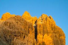Roky falezy góry dolomitu żółty kolor przy zmierzchem Zdjęcie Stock