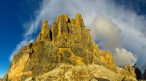 Roky falezy góry dolomitu żółty kolor przy zmierzchem Obrazy Royalty Free