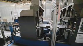 Rol die machine vormen Het binnenland van de installatie die een metaalprofiel veroorzaken stock videobeelden