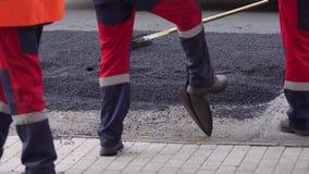 Rol en arbeiders op het asfalteren en reparatie van stadsstraten Close-up stock videobeelden