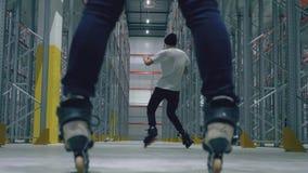Rol het schaatsen kerel het spinnen Weergeven tussen de benen stock video