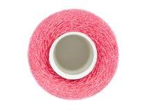 Rol met rode naaiende draden die op wit worden geïsoleerda Stock Afbeelding