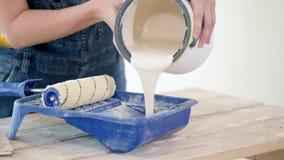 Rol met verf voor reparatie stock videobeelden