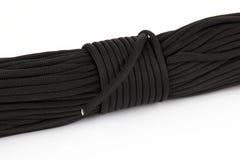 Rol van donkere kabel paracord op een witte achtergrond Royalty-vrije Stock Afbeelding