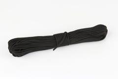 Rol van donkere kabel paracord op een witte achtergrond Stock Foto