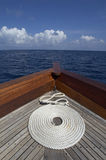 Rol van kabel bij de boog van een boot Stock Afbeeldingen