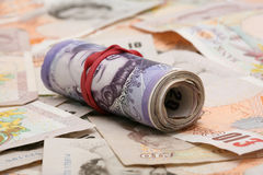 Rol van twintig Engelse pondnota's over tien pond Stock Foto's