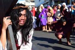 Rola jezus chrystus płacz w bólu i agoni Niesie ciężkiego drewnianego krzyż na ulicie Obrazy Royalty Free