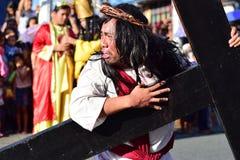 Rola jezus chrystus płacz w bólu i agoni Niesie ciężkiego drewnianego krzyż na ulicie Obraz Royalty Free