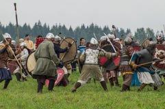Rola sztuki - reenactment bitwa antyczne słowianki w kwinta festiwalu dziejowi kluby w Zhukovsky okręgu Obrazy Royalty Free