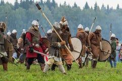Rola sztuki - reenactment bitwa antyczne słowianki w kwinta festiwalu dziejowi kluby w Zhukovsky okręgu Fotografia Royalty Free