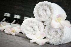 Rolado acima das toalhas e dos produtos em termas Imagens de Stock Royalty Free