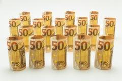 Rolado acima de 50 euro- cédulas nas fileiras Isolado em um fundo branco Imagens de Stock