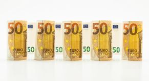 Rolado acima de 50 euro- cédulas nas fileiras Isolado em um fundo branco Fotos de Stock Royalty Free