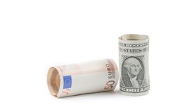 Rolado acima de euro- e rolado acima da cédula dos dólares no fundo branco, o conceito para o negócio e salvar o dinheiro Fotografia de Stock