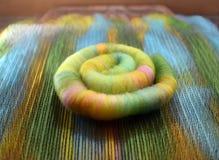 Rolag di filatura fatto della lana del ` s delle pecore su un bordo di mescolamento Fotografie Stock Libere da Diritti