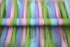 Rolag verde, cor-de-rosa, azul, e roxo de lãs em uma placa de mistura fotografia de stock royalty free