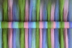 Rolag vert, rose, bleu, et pourpre de laine sur un conseil de mélange Photo stock
