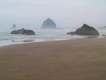 Rolamento da ressaca dentro em Rocky Beach Foto de Stock Royalty Free