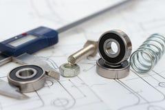 Rolamento e compasso de calibre e mola e parafuso com a porca no desenho de planejamento mecânico imagem de stock royalty free