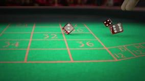 Rolamento vermelho de três dados na tabela de jogo do jogo verde no disco claro, disparando com movimento lento, conceito do laze filme
