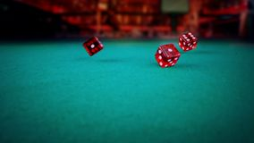 Rolamento vermelho de três dados na tabela de jogo do jogo verde no disco claro, disparando com movimento lento, conceito do laze video estoque