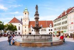 Roland Fountain en la plaza principal en Bratislava Fotos de archivo