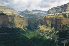 Rolando-Bruch und cotatuero Wasserfall in Nationalpark Ordesa, Spanien lizenzfreie stockfotografie