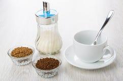 Role com café liofilizado instante, copo, açucareiro, colher Fotos de Stock Royalty Free