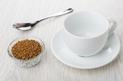 Role com café liofilizado instante, copo vazio, pires, colher Imagem de Stock