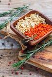 Role com cenouras secadas, raiz de aipo e alecrins frescos Foto de Stock Royalty Free