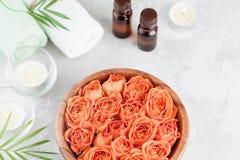 Role com fresco molham a garrafa de óleo cor-de-rosa e essencial para termas, bem-estar e aromaterapia imagens de stock royalty free