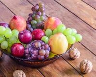 Role com frutos frescos, saudáveis e deliciosos, na tabela de madeira Foto de Stock Royalty Free
