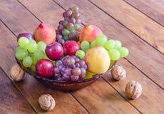 Role com frutos frescos, saudáveis e deliciosos, na tabela de madeira Imagens de Stock