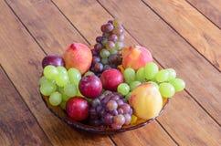 Role com frutos frescos, saudáveis e deliciosos, na tabela de madeira Fotos de Stock Royalty Free