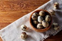 Role com ovos codorniz, ovos em um guardanapo homespun na tabela de madeira, close-up, foco seletivo Fotografia de Stock Royalty Free