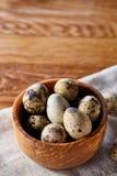 Role com ovos codorniz, ovos em um guardanapo homespun na tabela de madeira, close-up, foco seletivo Imagem de Stock