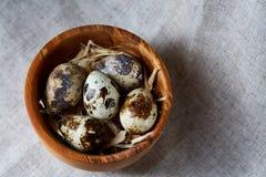 Role com ovos codorniz, ovos em um guardanapo homespun na tabela de madeira, close-up, foco seletivo Foto de Stock Royalty Free